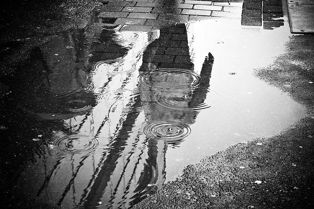 Βαδίζοντας και φωτογραφίζοντας τη βροχή