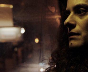 Νεφέλη Σαρρή: Η δημιουργός του ντοκιμαντέρ Πίσω από τον τοίχο