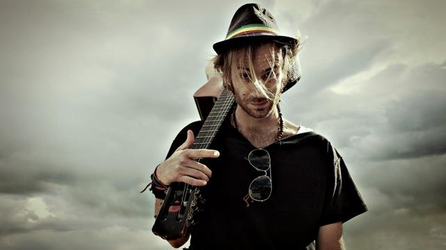 Ο τραγουδοποιός της Folk & Roll Joey