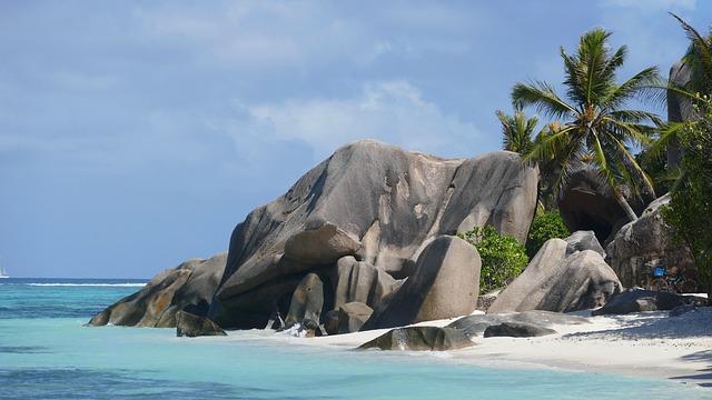 """Εντυπωσιακές και απόμερες """"μυστικές"""" παραλίες"""