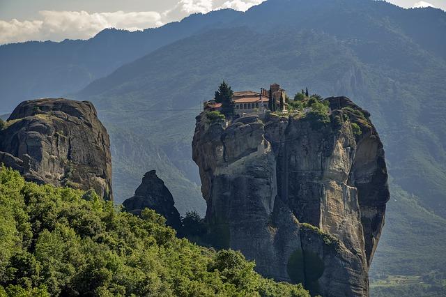 Μετέωρα: Το επιβλητικό γεωλογικό φαινόμενο - Μοναστήρια